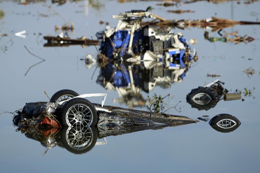 Разбитый спорткар в воде, город Сома, префектура Фукусима, Япония, 14 марта 2011 года.