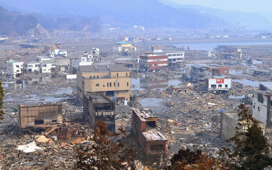 Пейзаж с разрушенной инфраструктурой в Оцути, префектура Иватэ, 14 марта 2011 года.