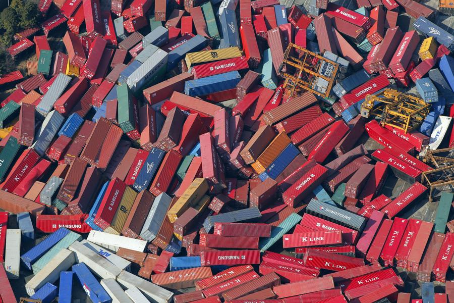 Грузовые контейнеры после землетрясения в Сендай, 12 марта 2011.