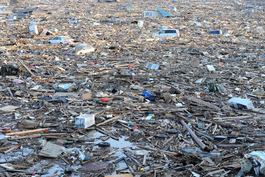 Мусор занимает огромную площадь в Натори, рядом с Сендай, 13 марта 2011.