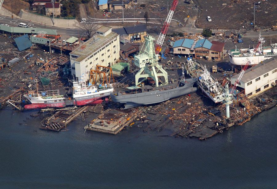 Корабли выбросило на берег в результате цунами возле порта в городе Кесеннума, префектура Мияги, 13 марта 2011.