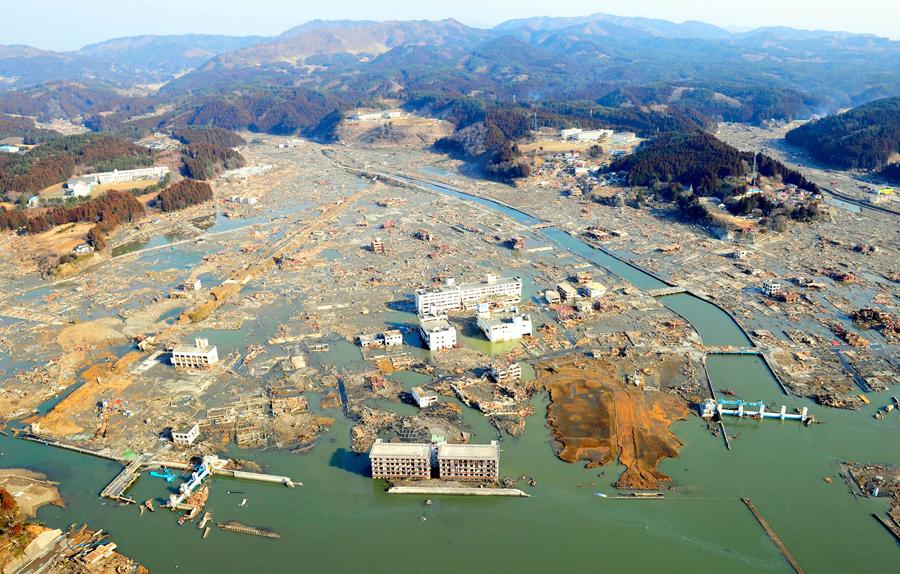 Вид с высоты птичьего полета, цунами уничтожило город Камаиси, префектура Иватэ, 13 марта 2011 года.