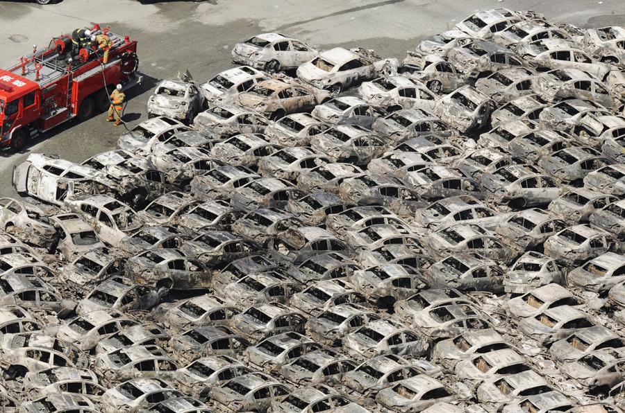 Сожженные автомобили, разрушенного землетрясением гавани Хитачи в префектуре Ибараки, 12 марта 2011 года.