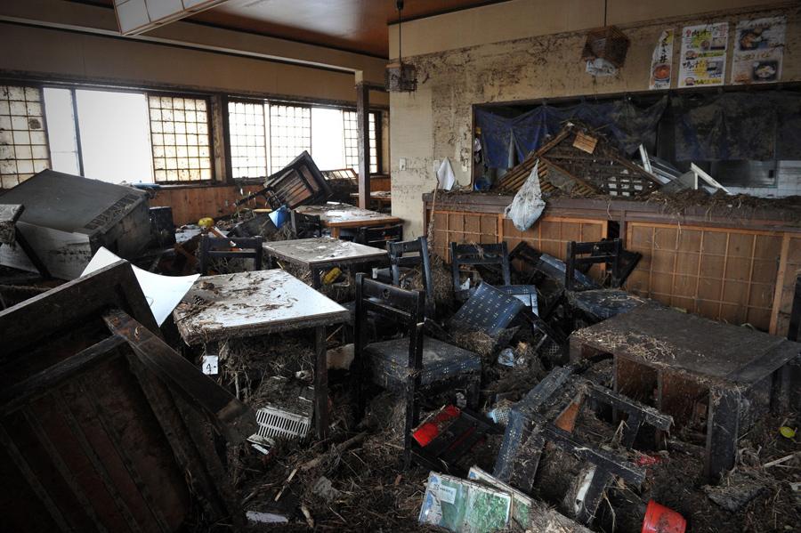 Интерьер ресторана Усеян после недавнего цунами, недалеко от аэропорта в городе Сендай, 14 марта 2011.