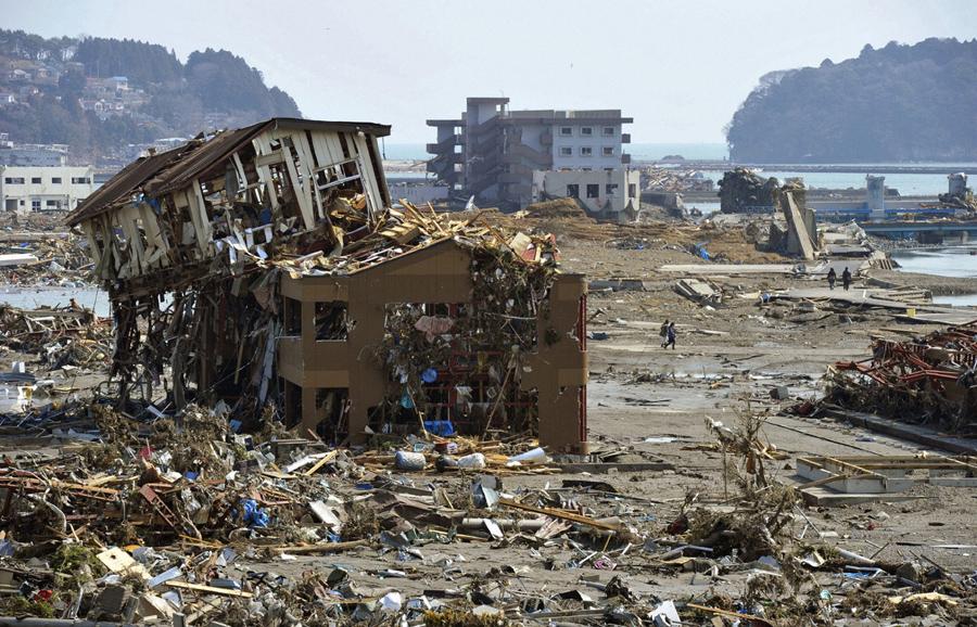 Разрушенное здание после цунами в Минамисанрику, префектура Мияги, 13 марта 2011.