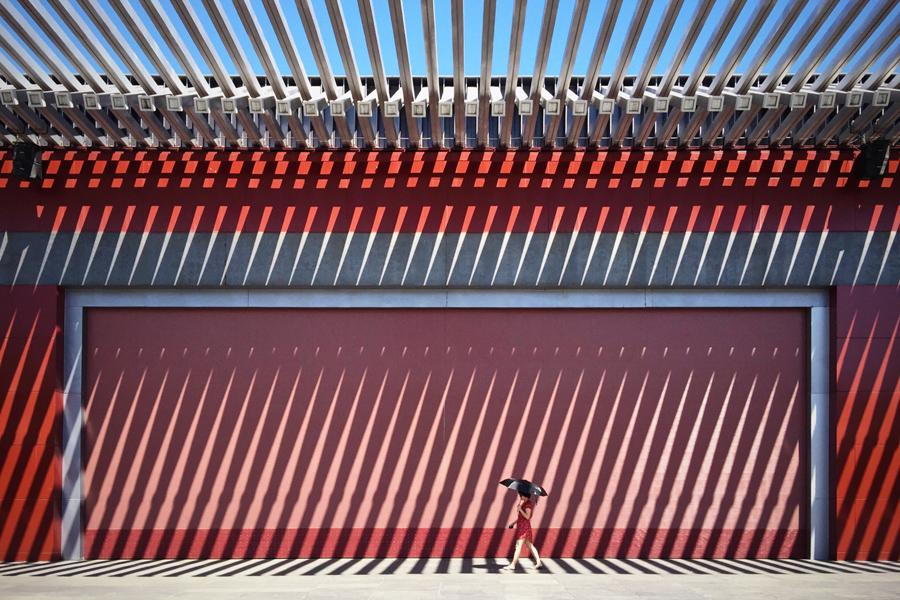 Победитель в мобильной номинации: Китайская красная стена и прогулка леди в красном платье. Фото: Jian Wang