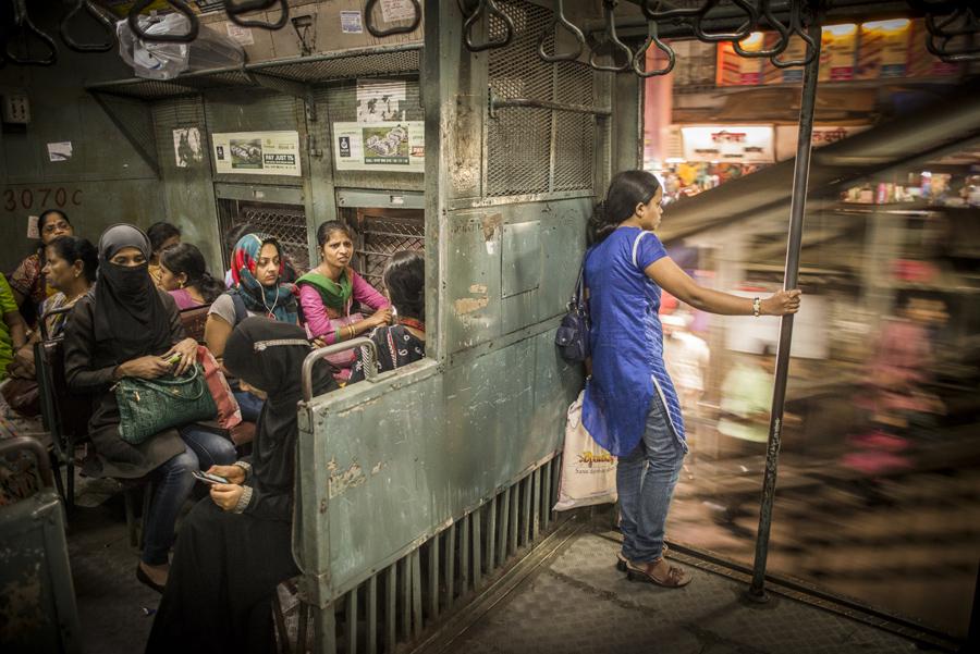 Победитель в номинации «Путешествия»: вагон для женщин (что бы избежать сексуального насилия) пригородного поезда, Мумбаи. Фото: Tamina-Florentine Zuch.