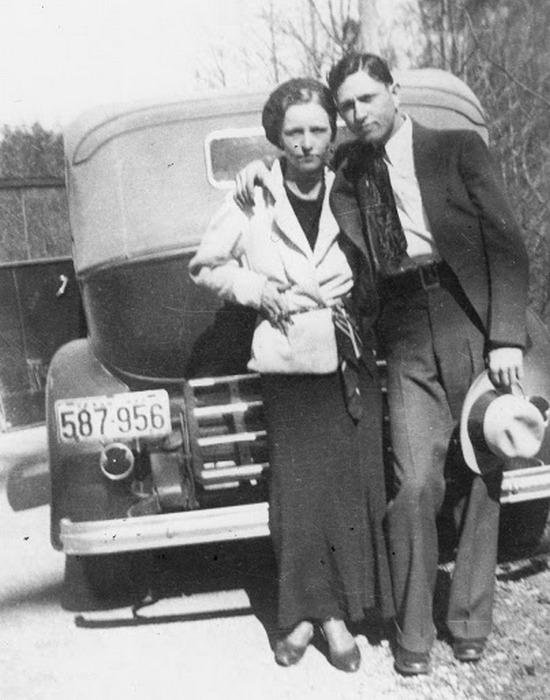 Бонни Паркер и Клайд Бэрроу, 1933 году.