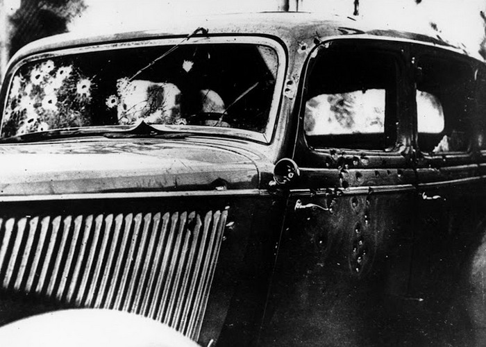 Автомомиль, изрешеченный пулями, можно увидеть в казино