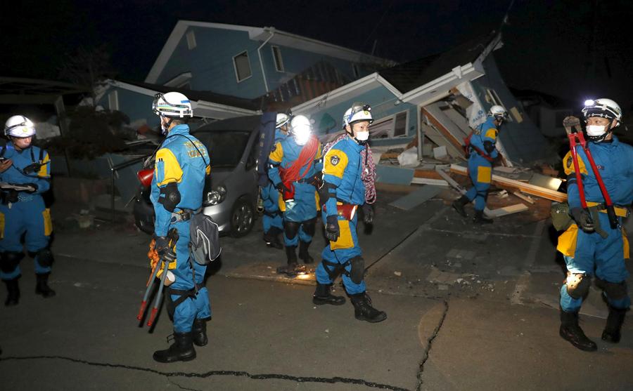 Спасатели проверяют рухнувший дом после землетрясения в городе Машику, 16 апреля 2016 года.