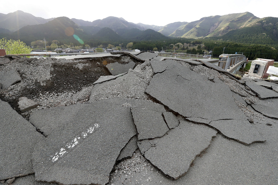 На снимке поврежденная дорога в результате землетрясений в АСО, префектура Кумамото, 17 апреля 2016 года.