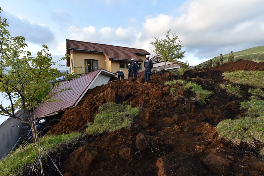 Поиск пострадавших в результате оползня, после землетрясения, 17 апреля 2016 года.