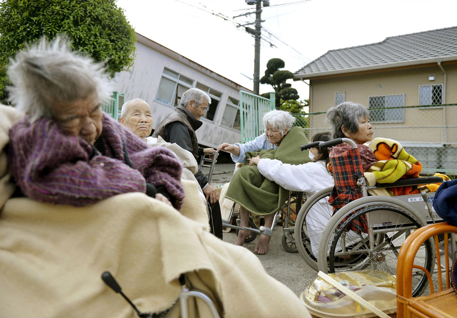 Эвакуированные старики из дома престарелых.