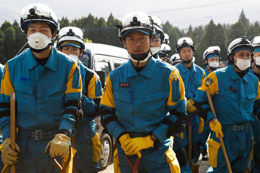 Спасательные команды готовятся к поиску выживших, 17 апреля 2016 года в Кумамото, Япония.