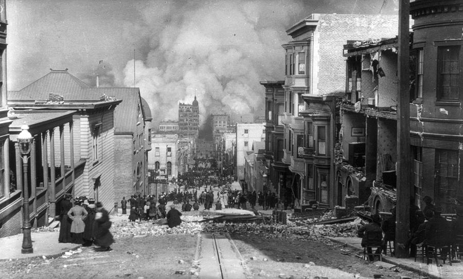 Жители Сан-Франциско, некоторые сидят на стульях и наблюдают за пожарными на расстоянии.