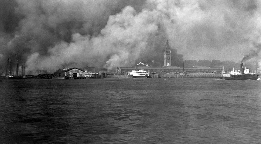 Дым от горящих зданий поднимается на набережной во время пожара, после землетрясения 1906 года в Сан-Франциско, Калифорния.