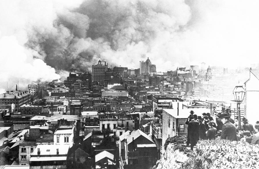 Толпа собирается на Телеграф-Хилл, чтобы посмотреть на горящий Сан-Франциско. Вид на юг.