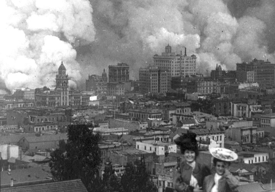 Две женщины позируют для фотографии, на фоне горящего Сан-Франциско.