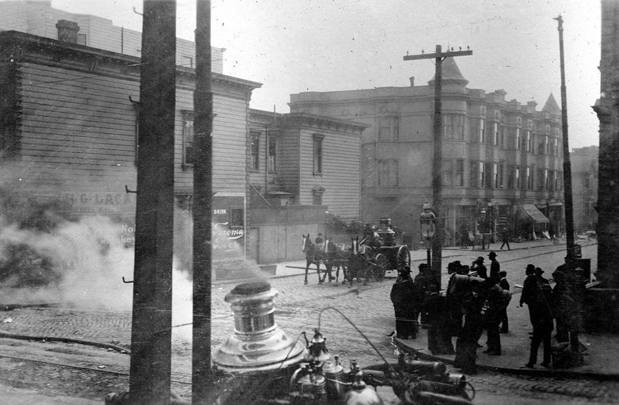 Конная пожарная повозка едет на новое место тушения, 19 апреля 1906 года.