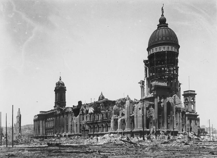 Разрушенное здание и купол мэрии в Сан-Франциско на улицах Макаллистер и Ван-Несс Авеню.