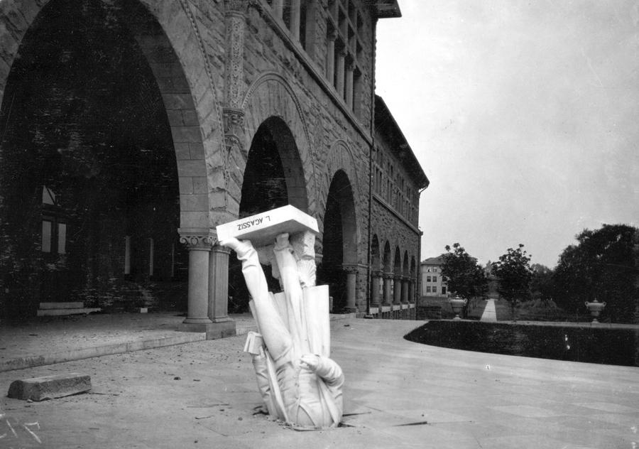 Статуя ученого и исследователя Жана Луи Родольфа Агассиса, упала с фасада здания Стэнфордского университета зоологии в апреле 1906 года.