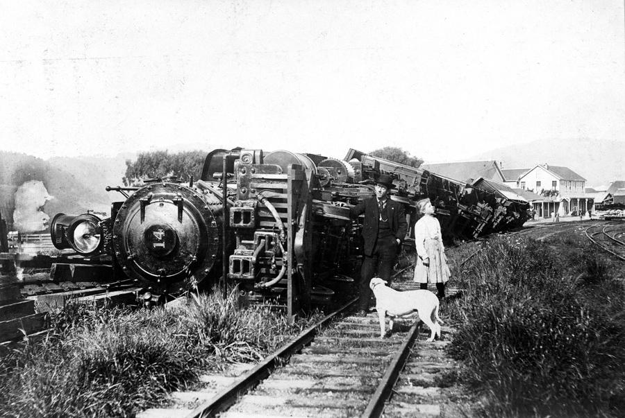 Перевернутый состав поезда после землетрясения в Пойнт Рейес Стейшн. Поезд стоял на запасном пути.