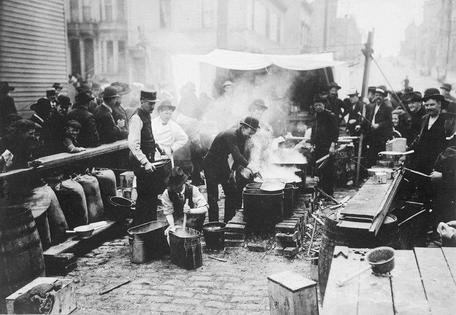 Приготовление горячего питания для беженцев.