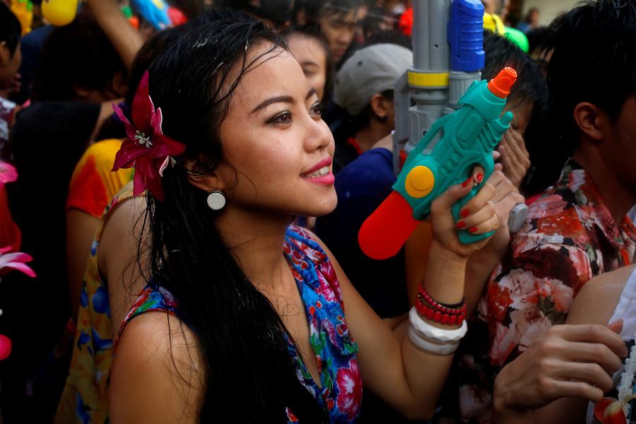 Водные битвы происходят во время празднования фестиваля Сонгкран в Бангкоке, 13 апреля 2016 года.