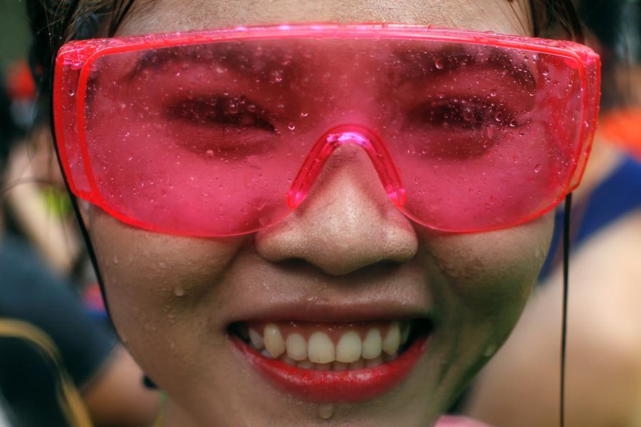 Девушке очень весело на фестивале.