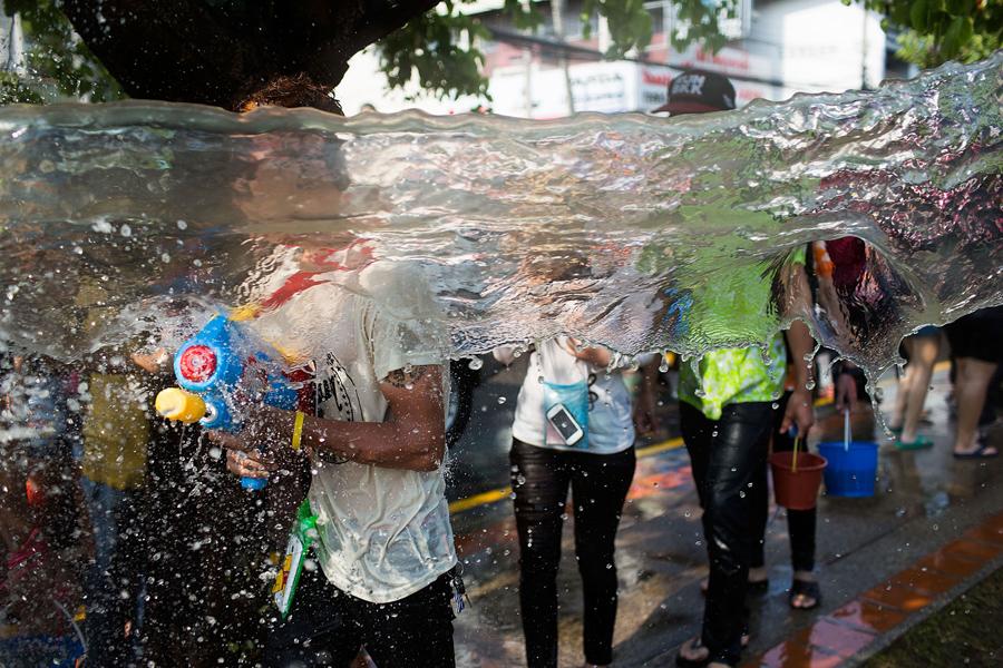 Местные жители и иностранцы принимают участие в общегородской водной битве, 15 апреля 2015 года в Чиангмае, Таиланд.