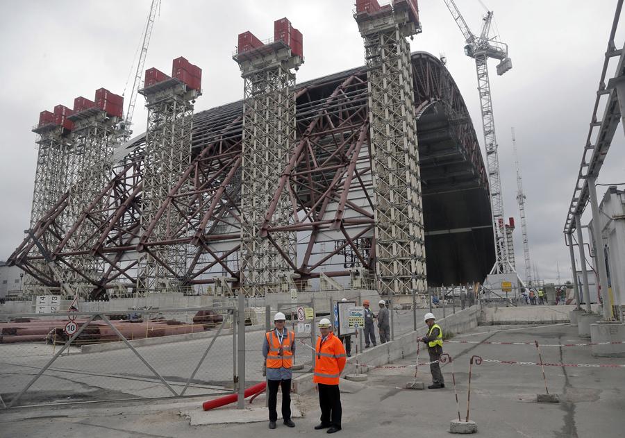 Гигантская стальная арка чтобы закрыть остатки взорванного реактора на Чернобыльской АЭС в Украине.