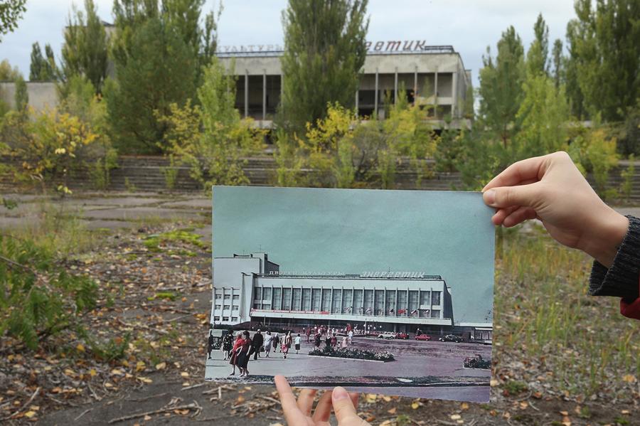 Старая фотография и как выглядит сейчас площадь и «Энергетик» 29 сентября 2015 года.