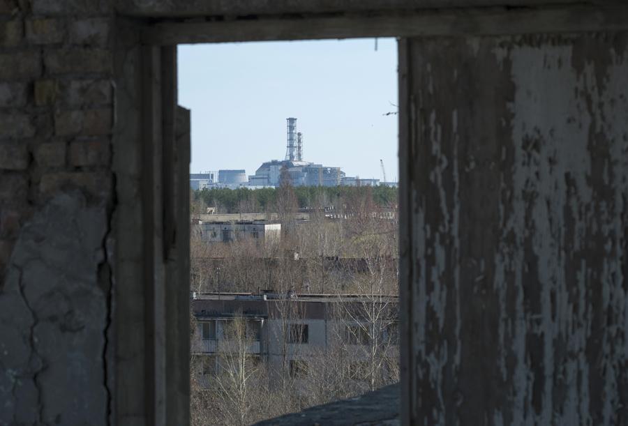 Вид на станцию и саркофаг из заброшенного города Украины Припяти, 23 апреля 2013 года.