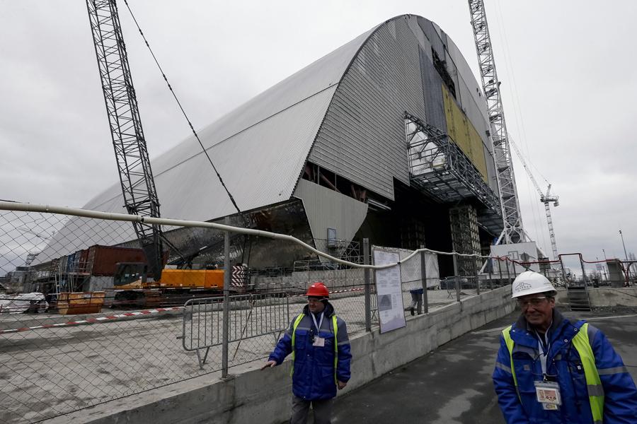 Строительство нового безопасного конфайнмента (НБК) на месте ядерного реактора Чернобыльской АЭС, Украина, 23 марта 2016 года.