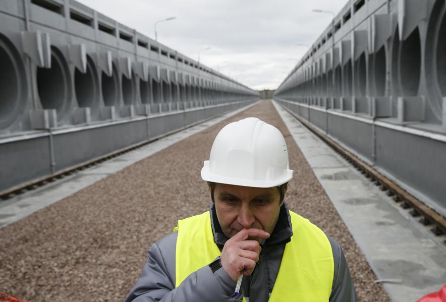 Работник возле временного хранения отработавшего ядерного топлива, который находится в стадии строительства, на месте аварии Чернобыльской АЭС, 23 марта 2016 года.
