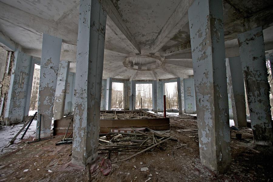 Заброшенный зал в Припяти.