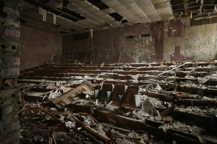 Гниющие деревянные стулья стоят под рухнувшим потолком в заброшенном зале дома культуры «ЭНЕРГЕТИК» 29 сентября 2015 года, в Припяти, Украина.