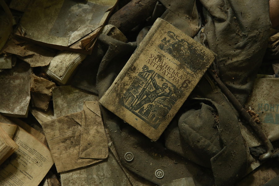 Книга украинская литература, одежда и другие предметы разбросанные на полу в заброшенной музыкальной школе, 29 сентября 2015 года.
