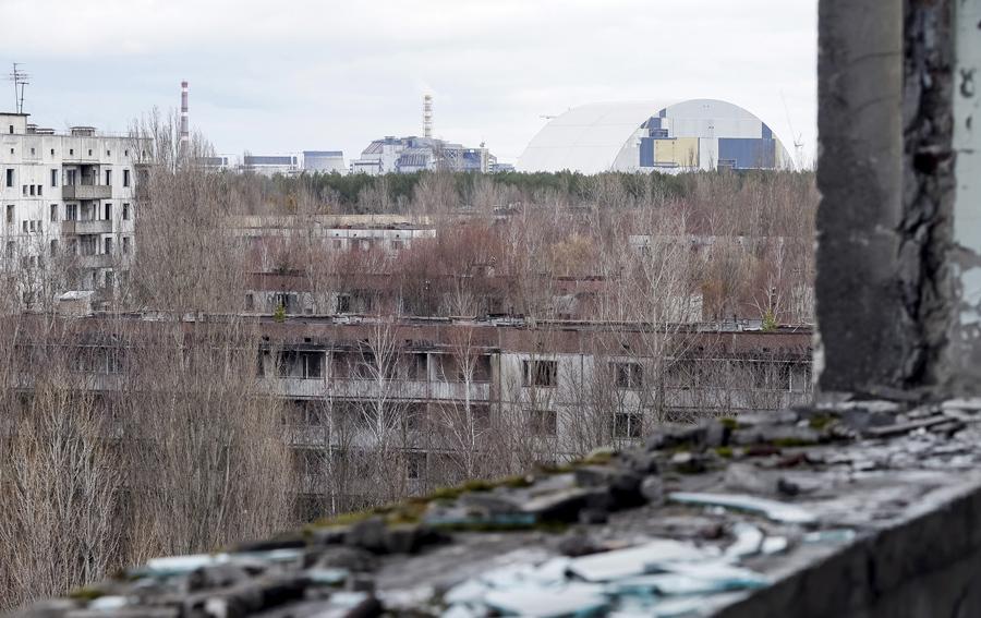 Вид из окна заброшенного дома на город и станцию.