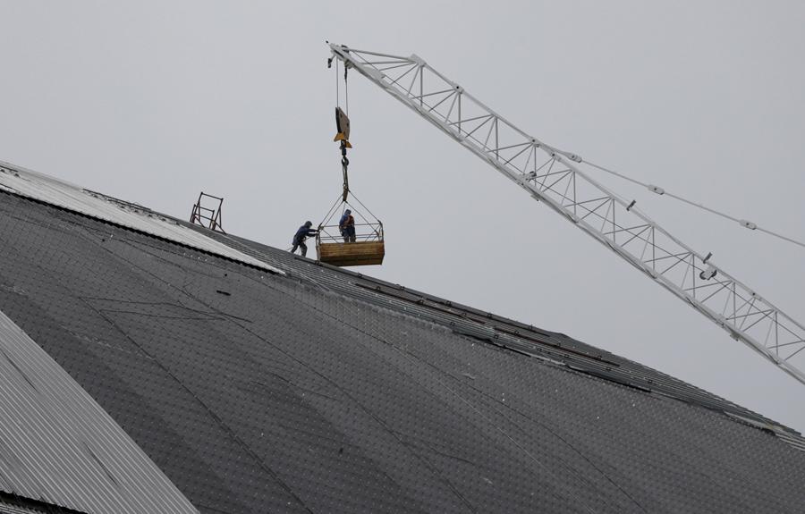 Рабочие создают новый безопасный конфайнмент на месте аварии на Чернобыльской АЭС, 21 апреля 2015 года.