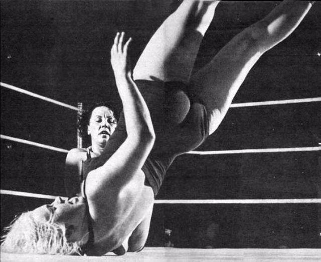 woman_wrestling_vintage_003