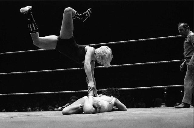 woman_wrestling_vintage_005
