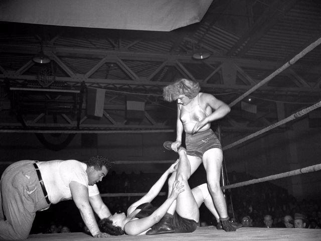 woman_wrestling_vintage_007