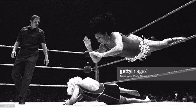 woman_wrestling_vintage_009