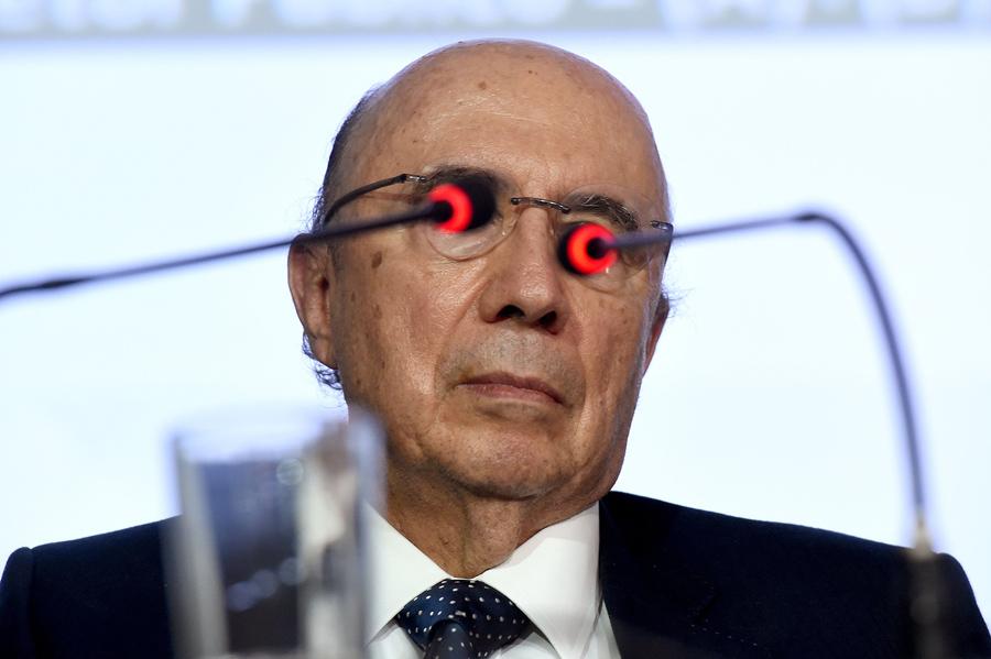 Министр финансов временного правительства Бразилии, Энрике Мейреллеса, сфотографирован за микрофонами во время пресс-конференции в Бразилиа, 20 мая 2016 года.