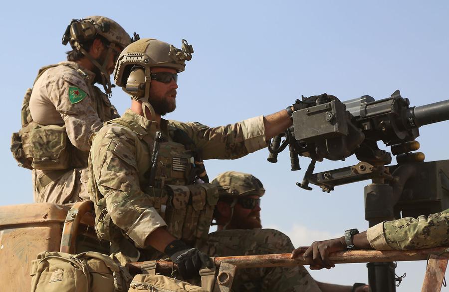 Сирийские демократические силы и спец. силы США в кузове пикапа в деревне Fatisah.