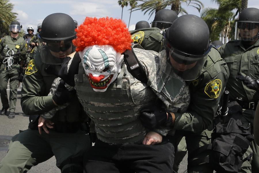 Полиция города Альбукерке, в штате Нью-Мексико разгоняет демонстрации против кандидата в президенты США Дональда Трампа.