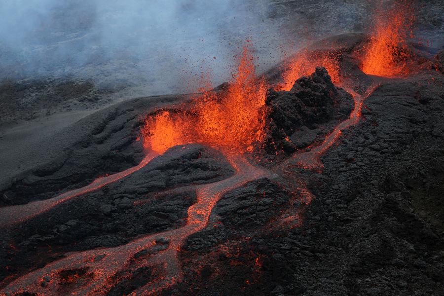 26 мая 2016 года, французский остров Ла Реюньон. Лава во время извержения вулкана Питон-де-ла-Фурнез, в незаселенной местности. Последние извержение Питон-де-ла-Фурнез было 30 октября 2015 года.