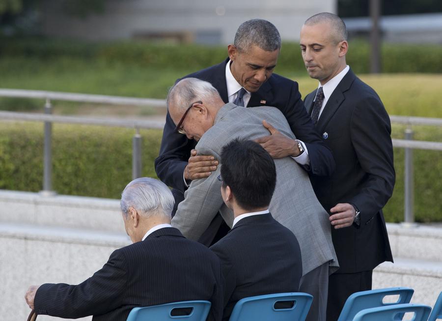 Президент США Барак Обама обнимает Сигэаки Мори, выживший после взрыва атомной бомбы в Хиросиме; 27 мая 2016 года. В пятницу Обама стал первым действующим президентом США, который посетил Хиросиму.