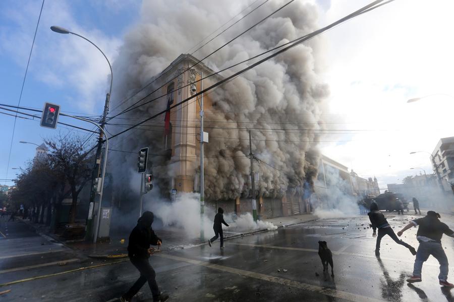 Столкновения демонстрантов с полицией в окрестностях национального конгресса в Вальпараисо, Чили. Президент Мишель Бачелет в своем ежегодном обращении к нации 21 мая 2016 года.